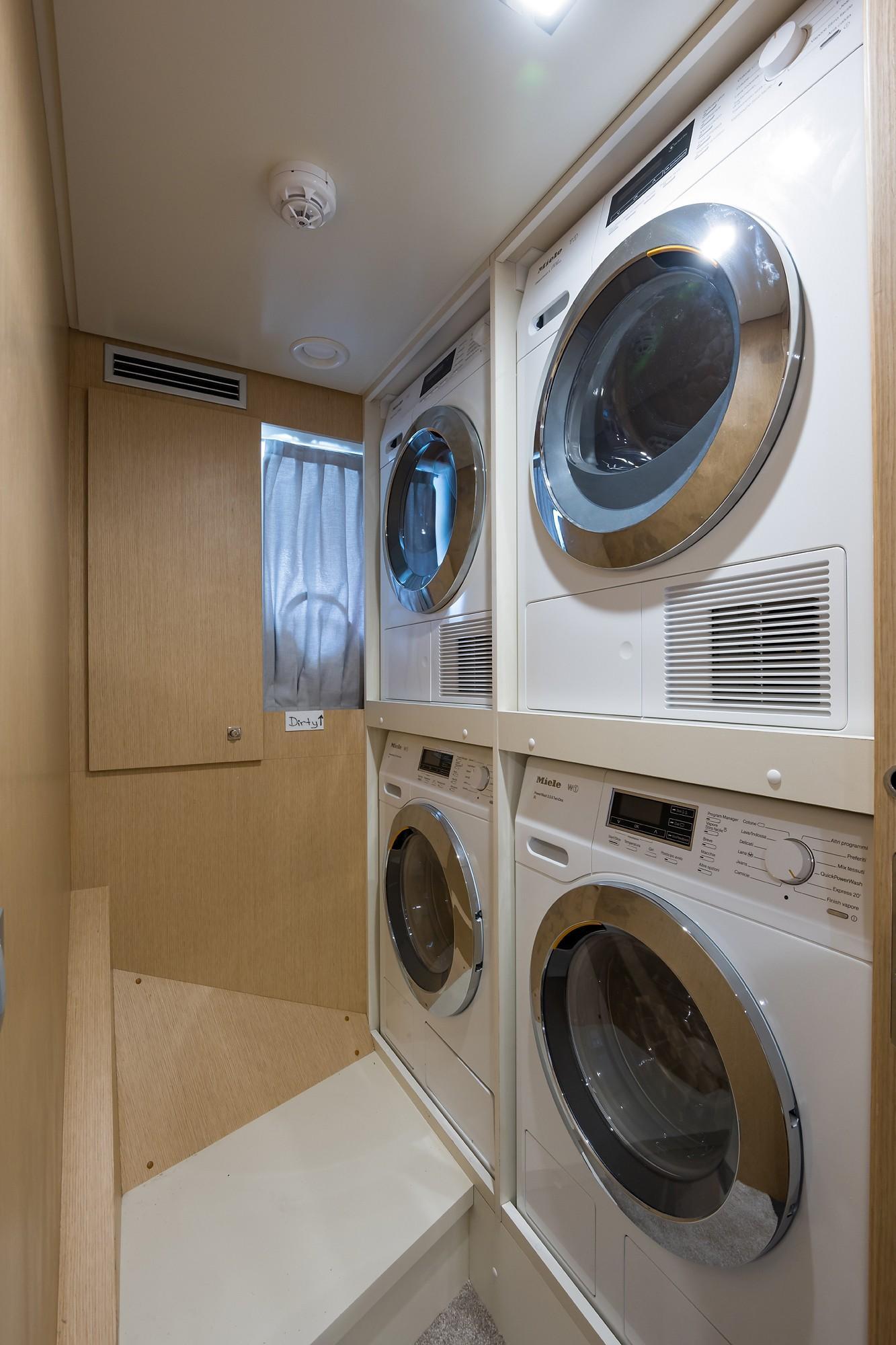 2018 Custom Line Navetta 33 M - Laundry