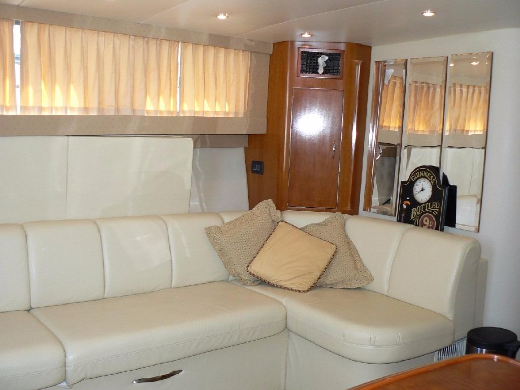 Carver 360 Mariner - Settee Forward